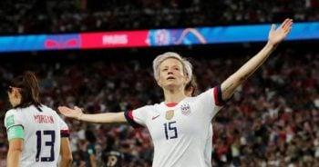 แข้งสาวผู้ต่อต้าน โดนัลด์ ทรัมป์ ซัดเบิ้ลนำมะกันลิ่วตัดเชือก ฟุตบอลโลกหญิง